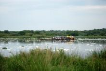 Ferry cruzando el Nilo Blanco. Residuos tóxicos en la superficie del agua