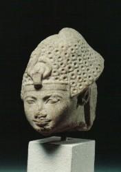 Cabeza de estatua de Amenhotep II Caliza cristalizada 8,7 cm procedencia desconocida din XVIII