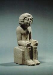 Estatua sedente de un hombre Caliza margosa 14,6 cm Serdab mastaba S2441 Guiza inv nº 3025 din VI