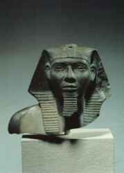 Parte superior de estatua Jafra Grauwaca 9 cm din IV inv nº 1946 Guiza escombros Templo del Valle