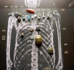 Situacion de amuletos en la momia de Anjhor